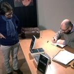 Andrea autografa una copia di Pelicula